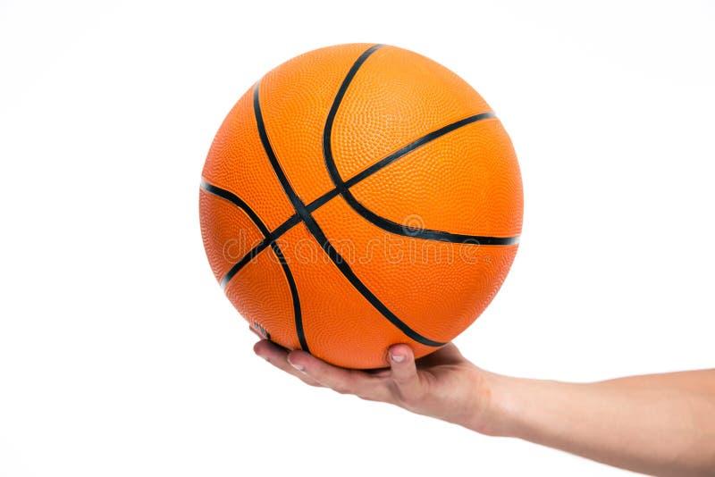 Ritratto del primo piano di una palla maschio del canestro della tenuta della mano fotografie stock