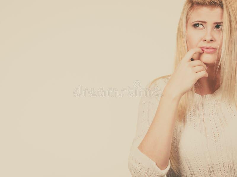 Ritratto del primo piano del fronte biondo attraente della donna fotografia stock
