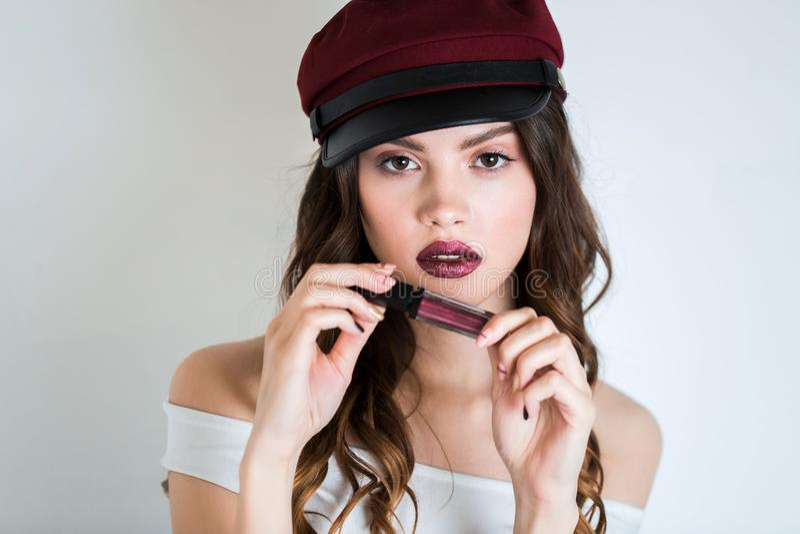 Ritratto del primo piano del modello caucasico sexy con le labbra rosse di fascino, trucco luminoso della giovane donna Pelle pul fotografia stock