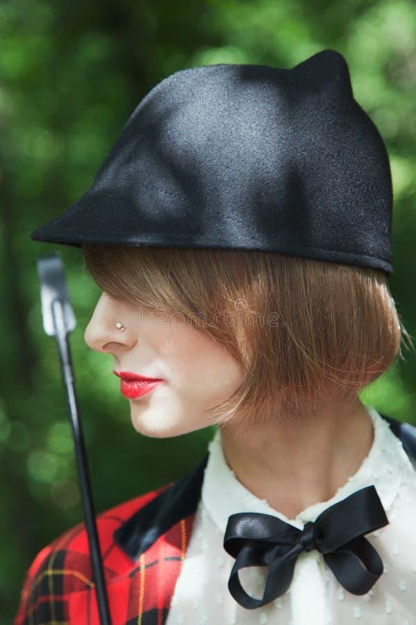 Ritratto del primo piano nel profilo di bella giovane donna in horsewo immagini stock libere da diritti