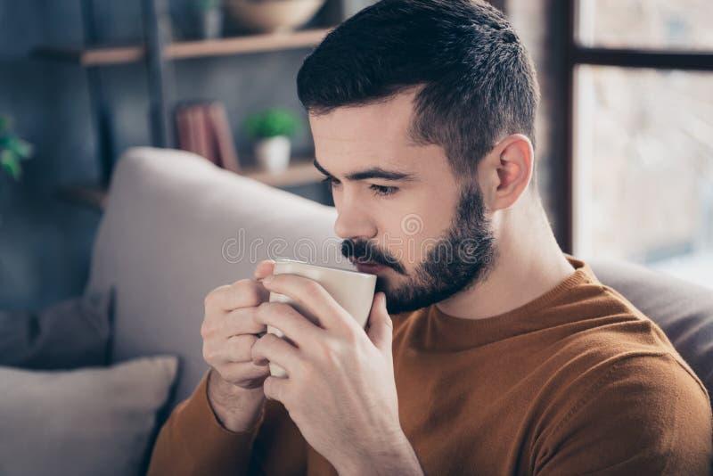 Ritratto del primo piano del suo lui inizio bevente di buon giorno dell'amante del caffè espresso del latte del tipo barbuto paci immagine stock libera da diritti