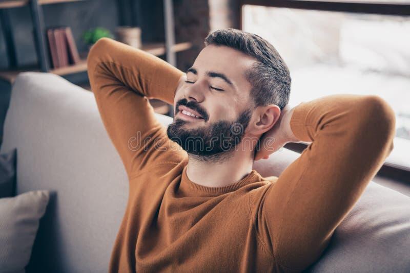 Ritratto del primo piano del suo lui tipo contento sicuro di buon umore barbuto attraente attraente che si siede sul pezzo di ric fotografia stock