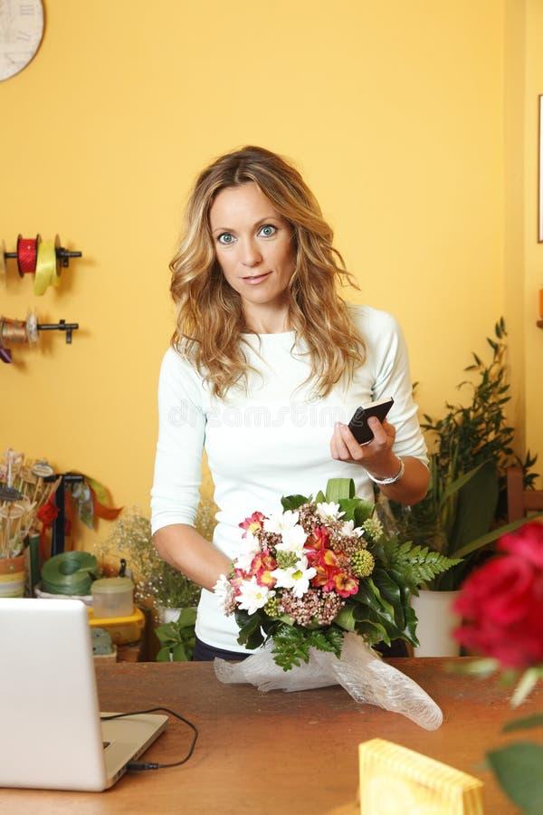 Ritratto del proprietario di negozio del fiore fotografie stock libere da diritti