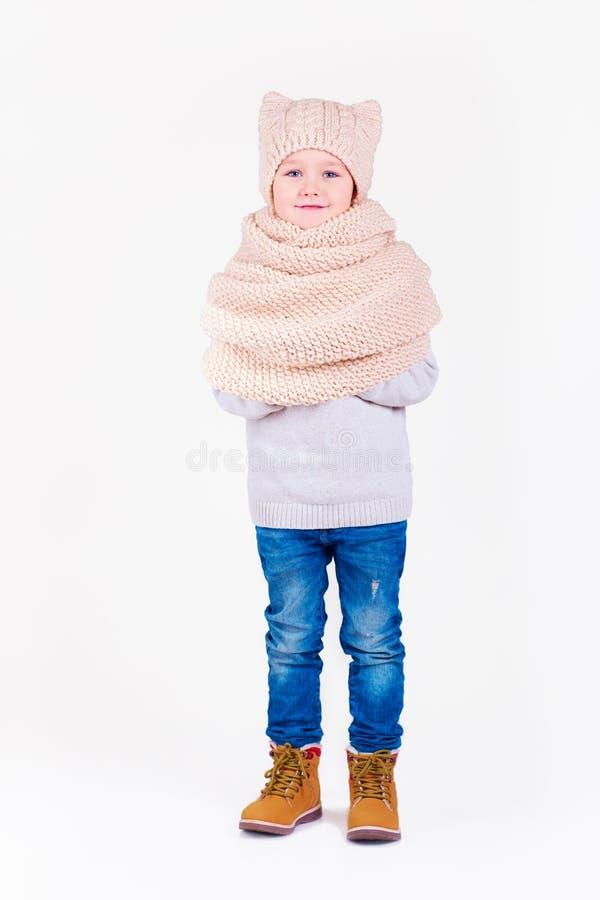Ritratto del ragazzo felice sveglio, bambino nell'usura di inverno fotografia stock libera da diritti