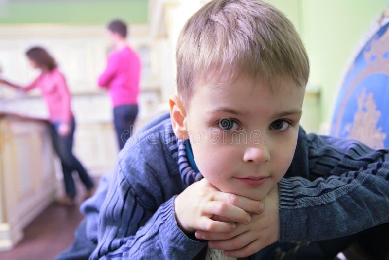 Ritratto del ragazzo pensive sulla cucina fotografia stock libera da diritti