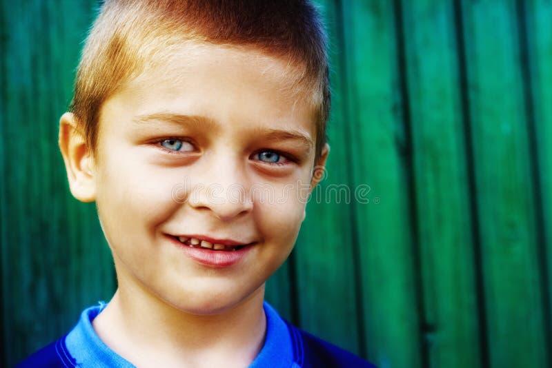 Ritratto del ragazzo sveglio con il sorriso naturale immagini stock libere da diritti