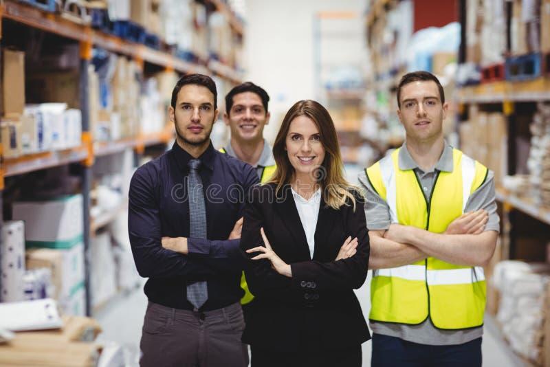 Ritratto del responsabile e dei lavoratori del magazzino fotografie stock