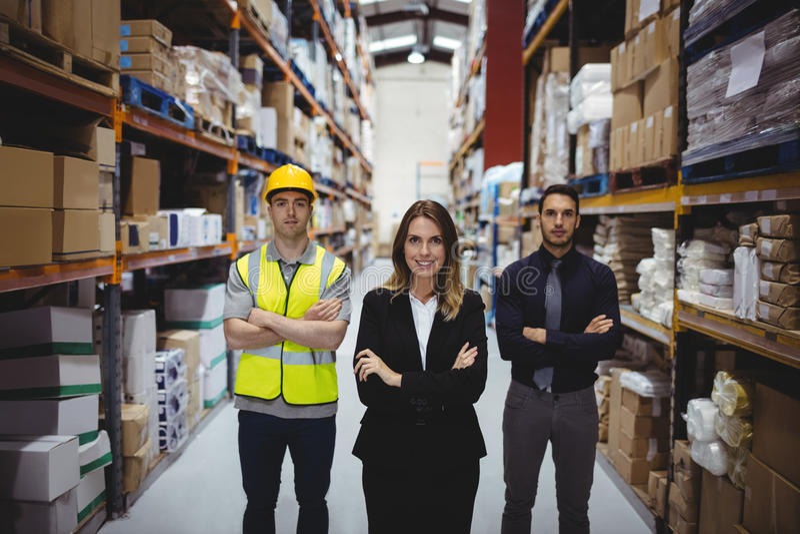 Ritratto del responsabile e dei lavoratori del magazzino fotografia stock