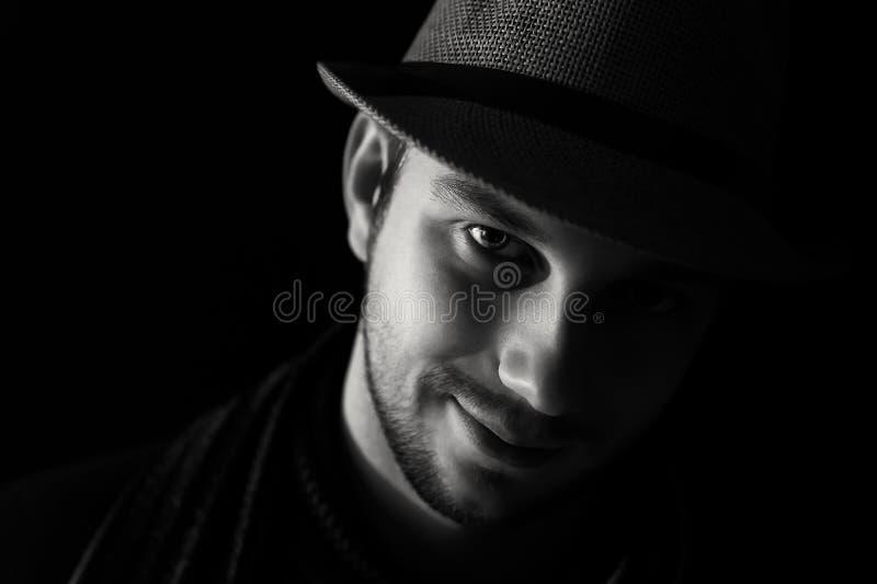 Ritratto del ` s del giovane nello scuro fotografie stock