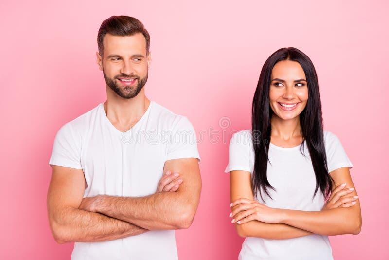 Ritratto del suo lui lei lei due coniugi di buon umore allegri del contenuto sveglio affascinante adorabile grazioso attraente at fotografia stock