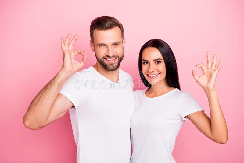 Ritratto del suo lui lei lei due coniugi di buon umore allegri svegli affascinanti adorabili attraenti piacevoli che abbracciano  fotografie stock