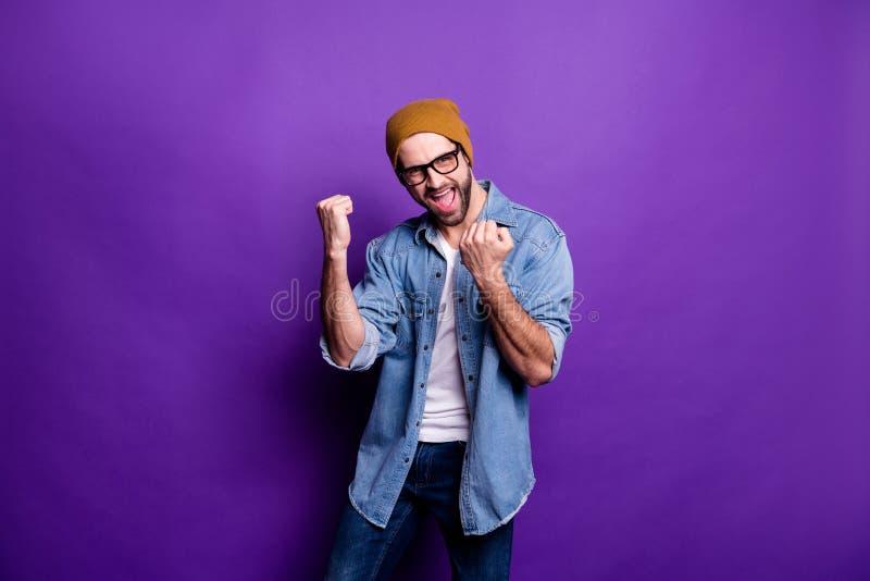 Ritratto del suo lui tipo barbuto soddisfatto di buon umore allegro del contenuto attraente piacevole che celebra conquista di lo fotografia stock libera da diritti