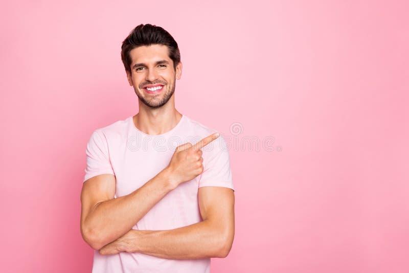 Ritratto del suo lui tipo felice del contenuto sicuro di buon umore allegro attraente piacevole che indica promozione di divagazi immagini stock libere da diritti