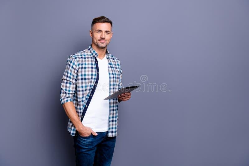 Ritratto del suo lui tipo grigio-dai capelli barbuto calmo allegro del contenuto attraente piacevole che porta camicia controllat fotografia stock libera da diritti