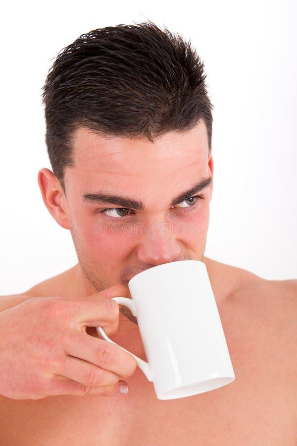 Ritratto del tè bevente dell'uomo attraente immagine stock