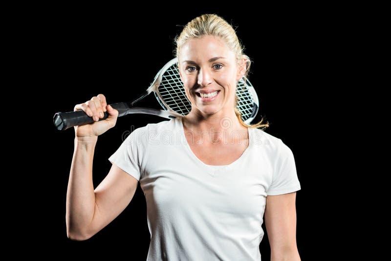 Ritratto del tennis femminile che posa con la racchetta immagini stock