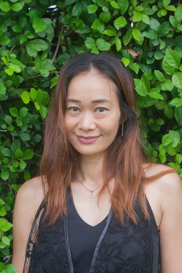 Ritratto del tiro della donna asiatica in parco pubblico fotografie stock libere da diritti