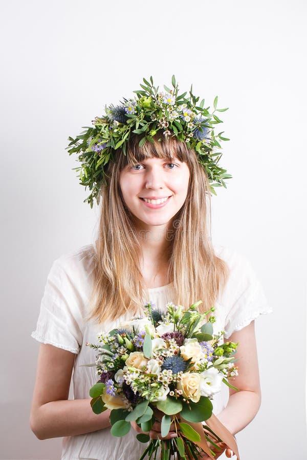 Ritratto delicato di bellezza di bella ragazza nelle rose della corona fotografia stock libera da diritti