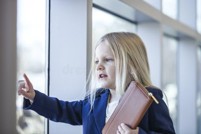 Ritratto dell'abbigliamento d'uso di stile dell'ufficio della bambina seria immagini stock libere da diritti