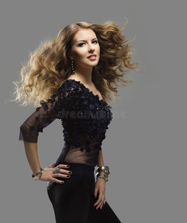 Ritratto dell'acconciatura della donna, capelli ricci lunghi volanti, modo della ragazza fotografia stock