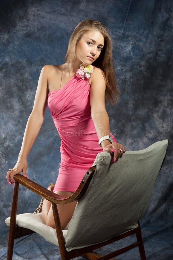 Ritratto dell'adolescente attraente in oscillare-sedia fotografie stock