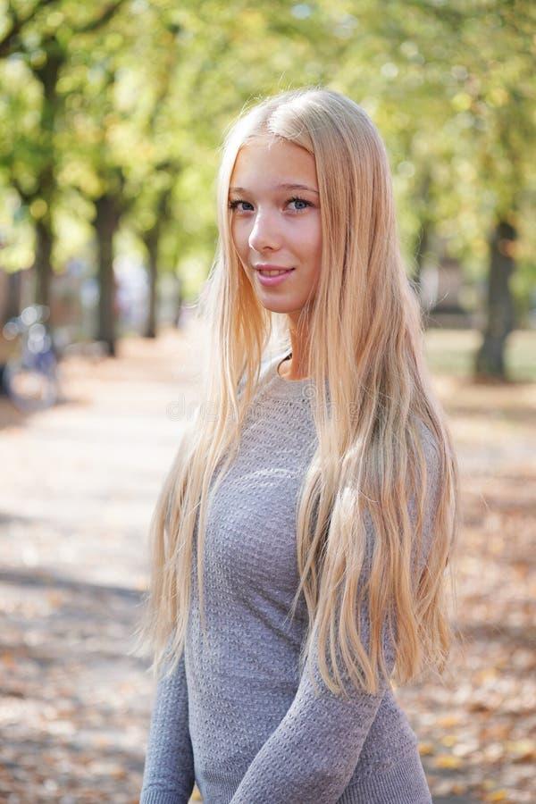 Ritratto dell'adolescente che gode del giorno soleggiato all'aperto fotografia stock libera da diritti
