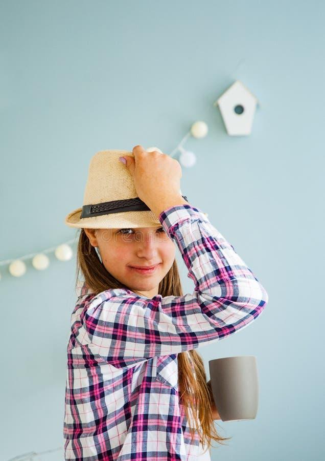 Ritratto dell'adolescente felice e allegro in un cappello fotografia stock libera da diritti