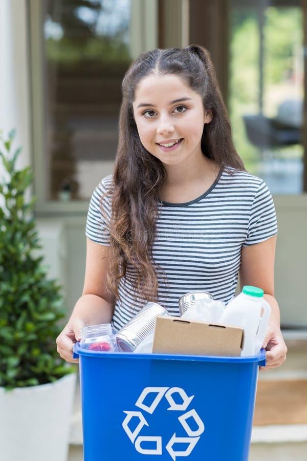 Ritratto dell'adolescente fuori del recipiente di riciclaggio di trasporto della Camera fotografia stock libera da diritti
