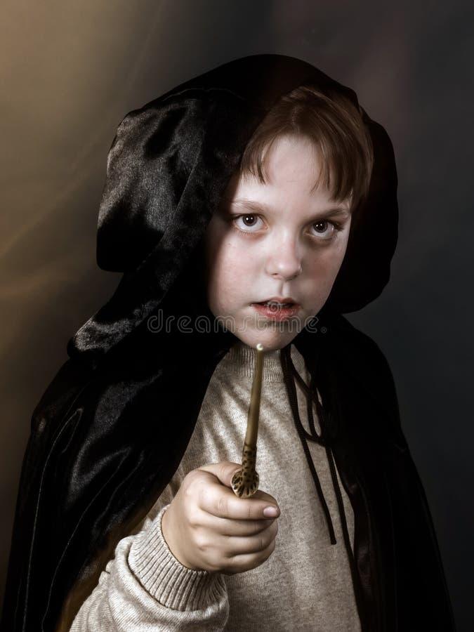 Ritratto dell'adolescente vestito in costume dello stregone fotografia stock libera da diritti