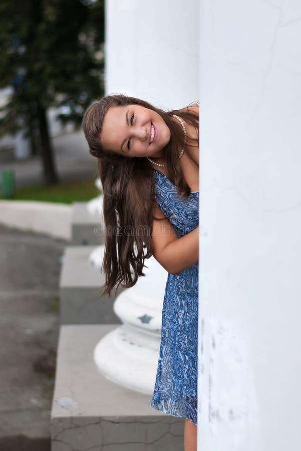 Ritratto dell'adolescente vicino alle colonne immagine stock libera da diritti