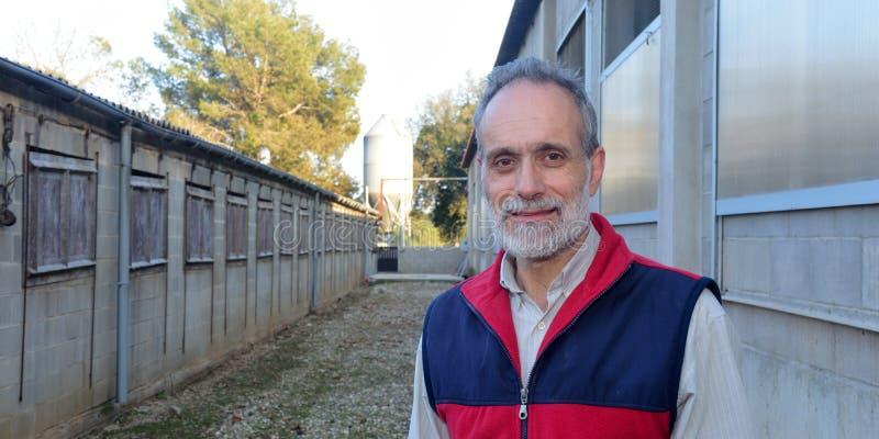 Ritratto dell'agricoltore sul fuori dell'azienda agricola fotografie stock libere da diritti
