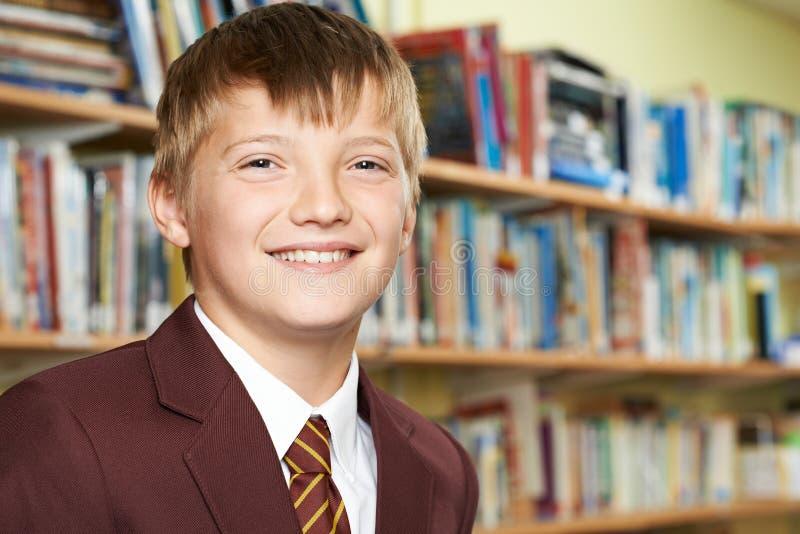 Ritratto dell'allievo maschio della scuola elementare in uniforme fotografia stock