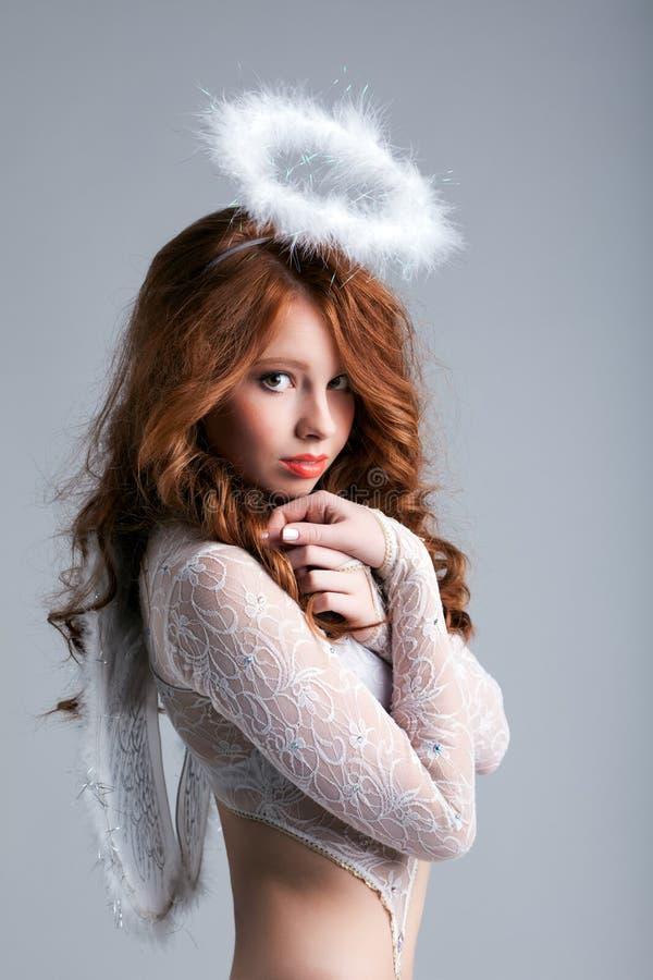 Ritratto dell'angelo dai capelli rossi adorabile fotografia stock libera da diritti