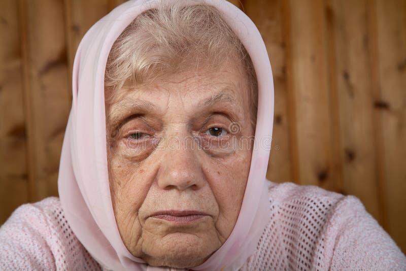 Ritratto dell'anziana in un kerchief fotografia stock
