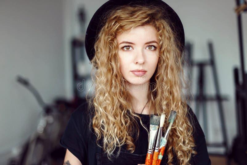 Ritratto dell'artista di Tattoed con la spazzola fotografie stock libere da diritti