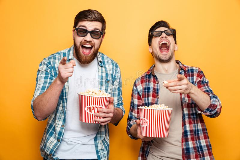Ritratto dell'due giovani allegri in vetri 3d immagini stock libere da diritti