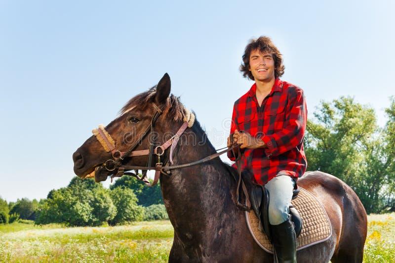 Ritratto dell'equites felice che monta il suo cavallo fotografie stock libere da diritti