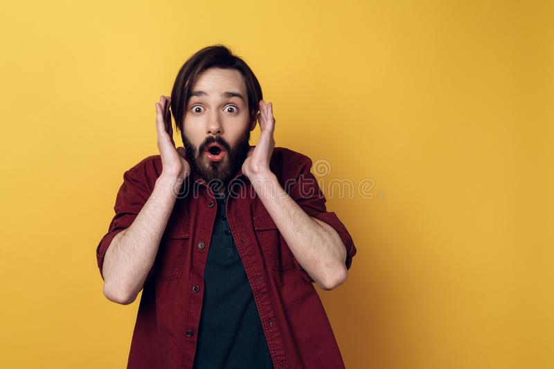 Ritratto dell'espressione del fronte colpita uomo barbuto fotografia stock