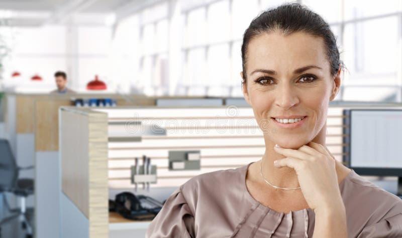 Ritratto dell'impiegato di concetto femminile invecchiato mezzo fotografie stock libere da diritti