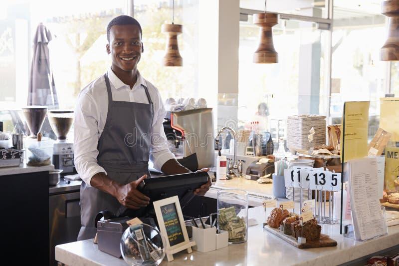 Ritratto dell'impiegato maschio che lavora al controllo delle specialità gastronomiche fotografia stock