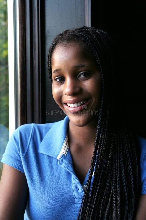 Ritratto dell'indicatore luminoso naturale di teenager nero sorridente immagini stock