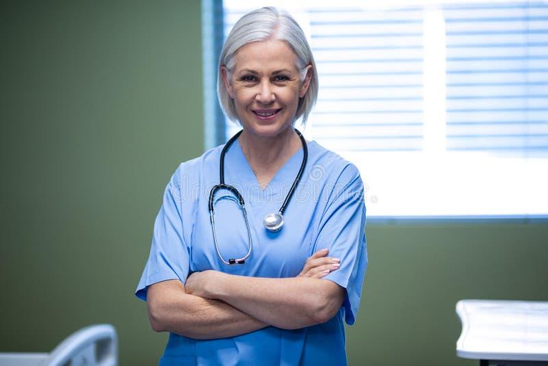 Ritratto dell'infermiere che sta con le armi attraversate fotografie stock libere da diritti