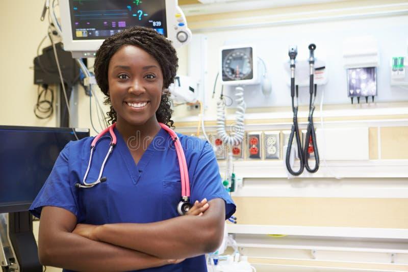 Ritratto dell'infermiere femminile In Emergency Room fotografia stock