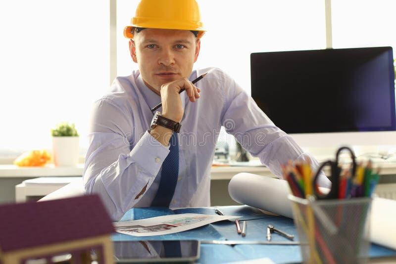 Ritratto dell'ingegnere professionista in casco fotografia stock