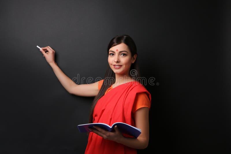 Ritratto dell'insegnante femminile indiano su fondo immagine stock libera da diritti