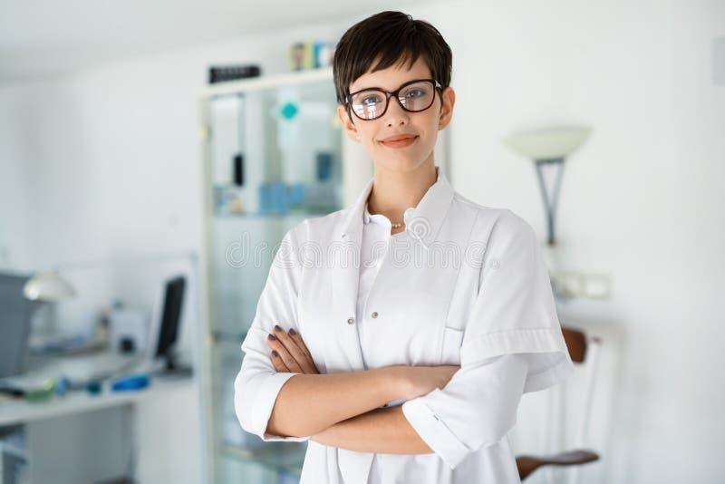 Ritratto dell'optometrista femminile alla clinica medica di vista fotografia stock