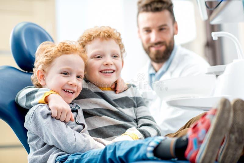 Ritratto dell'ragazzi sorridenti all'ufficio dentario fotografia stock libera da diritti