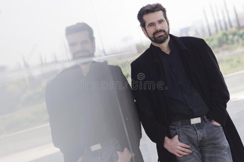 Ritratto dell'uomo adulto con il rivestimento fotografia stock libera da diritti