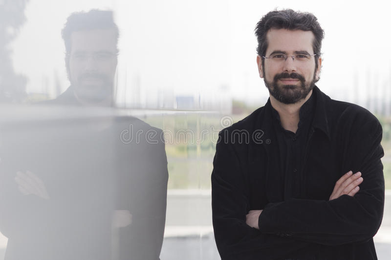 Ritratto dell'uomo adulto con le sue armi attraversate fotografia stock