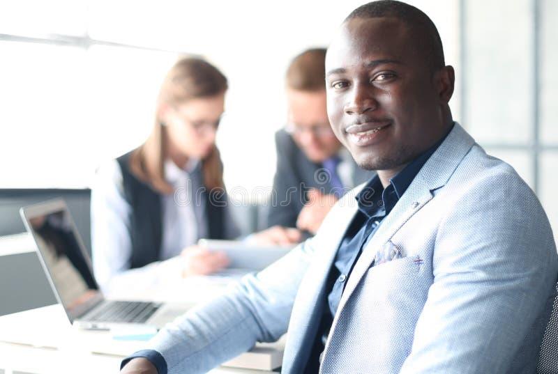 Ritratto dell'uomo afroamericano sorridente di affari immagini stock
